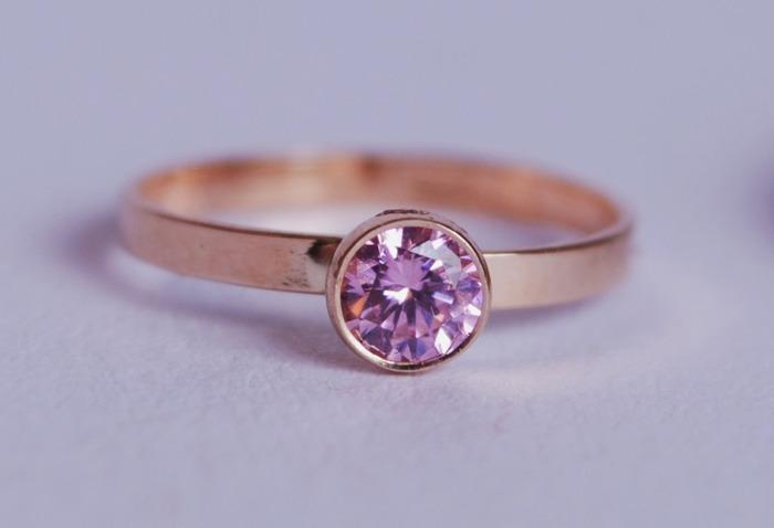 Kohinoor Margit -sormus 033-210VP-16 pinkki safiiri · Kultainen kastesormus  pinkillä kivellä e63c4a9196